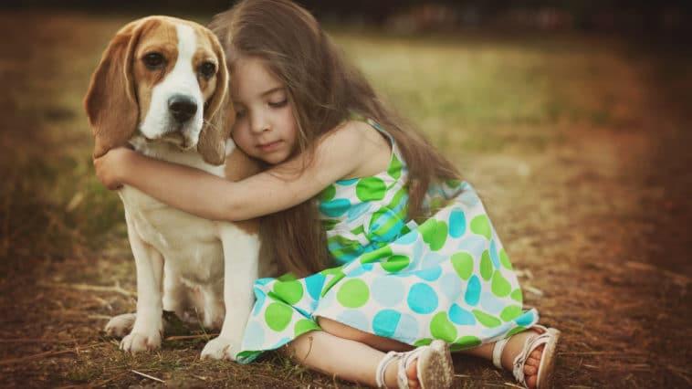 chien fille enfant câlin
