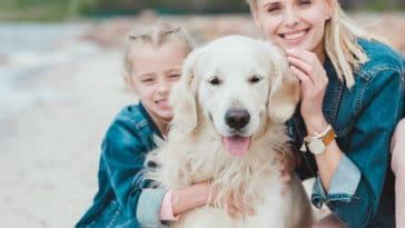 chien famille heureux