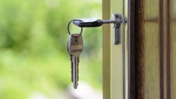 clefs sur la porte