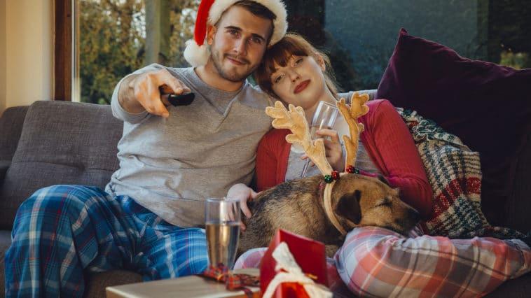 couple qui regarde la télé avec leur chien
