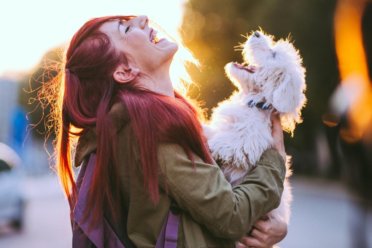 chien et sa maîtresse qui semblent rire ensemble