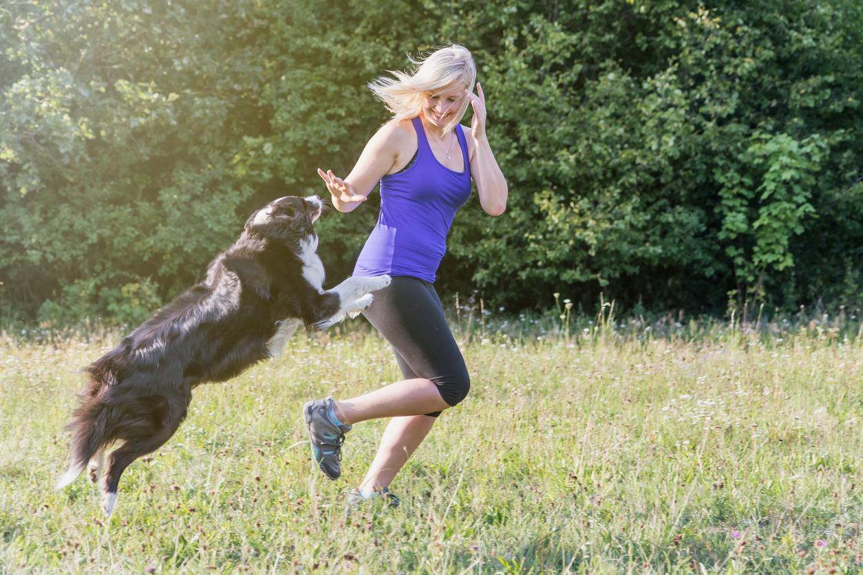 chien qui saute sur une femme en train de courir