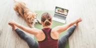 Maîtresse avec son chien faisant du yoga